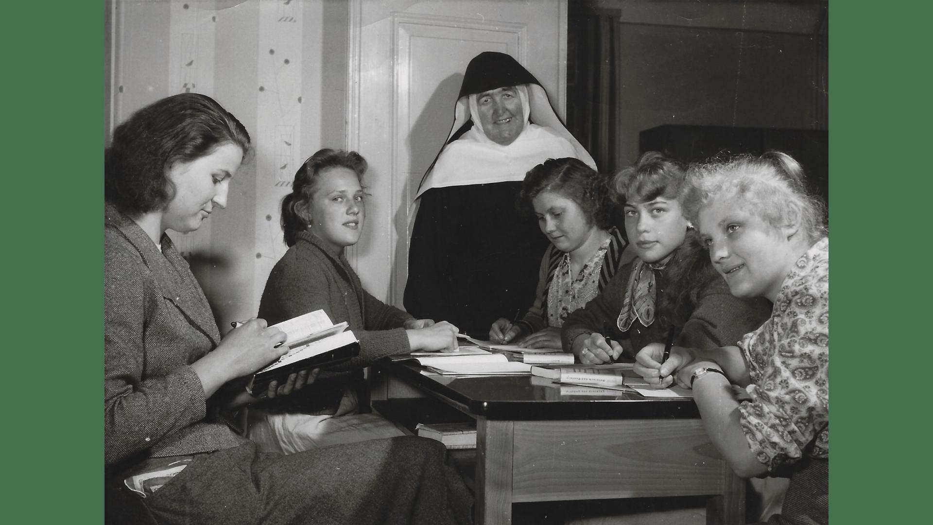 Schwester Lea mit den ersten Schülerinnen im Jahr 1958. Foto: Archiv Arme Schulschwestern