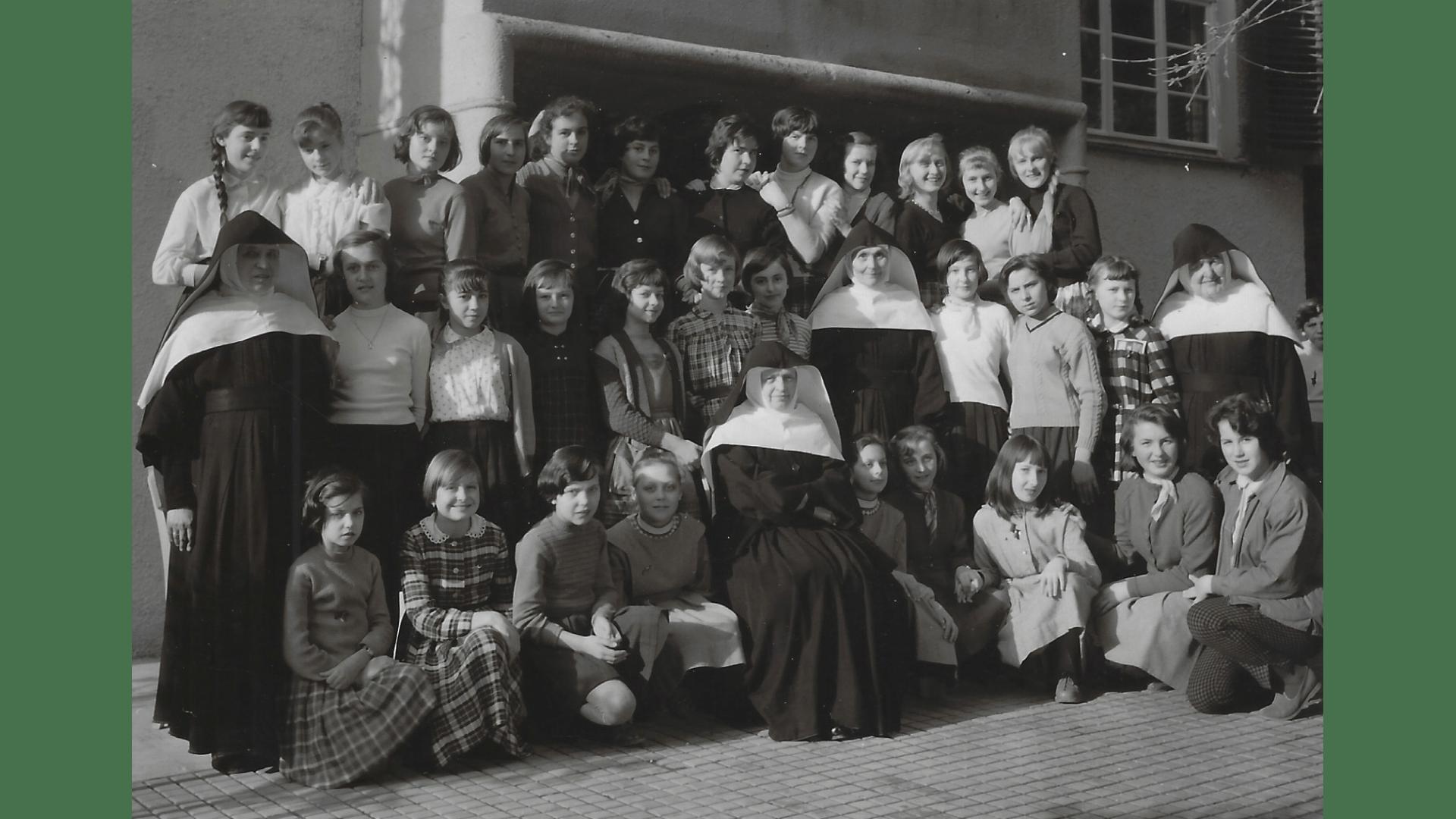 Eine zweite Gruppe Schülerinnen 1958.   Foto: Archiv Arme Schulschwestern