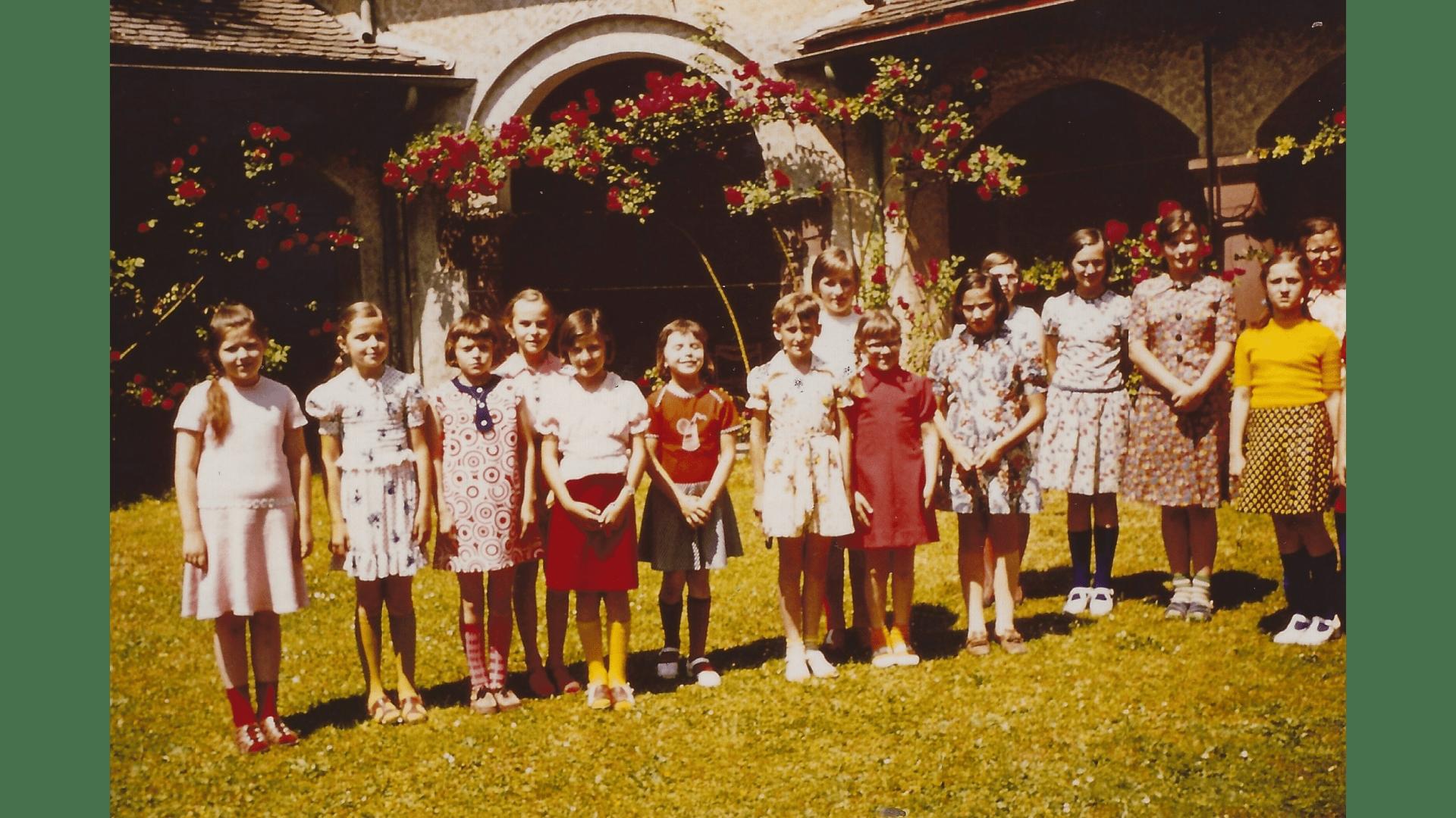 Der Klostergarten lädt zum Spielen in der Freizeit ein, Bild von 1966.  – Foto:- Archiv Arme Schulschwestern