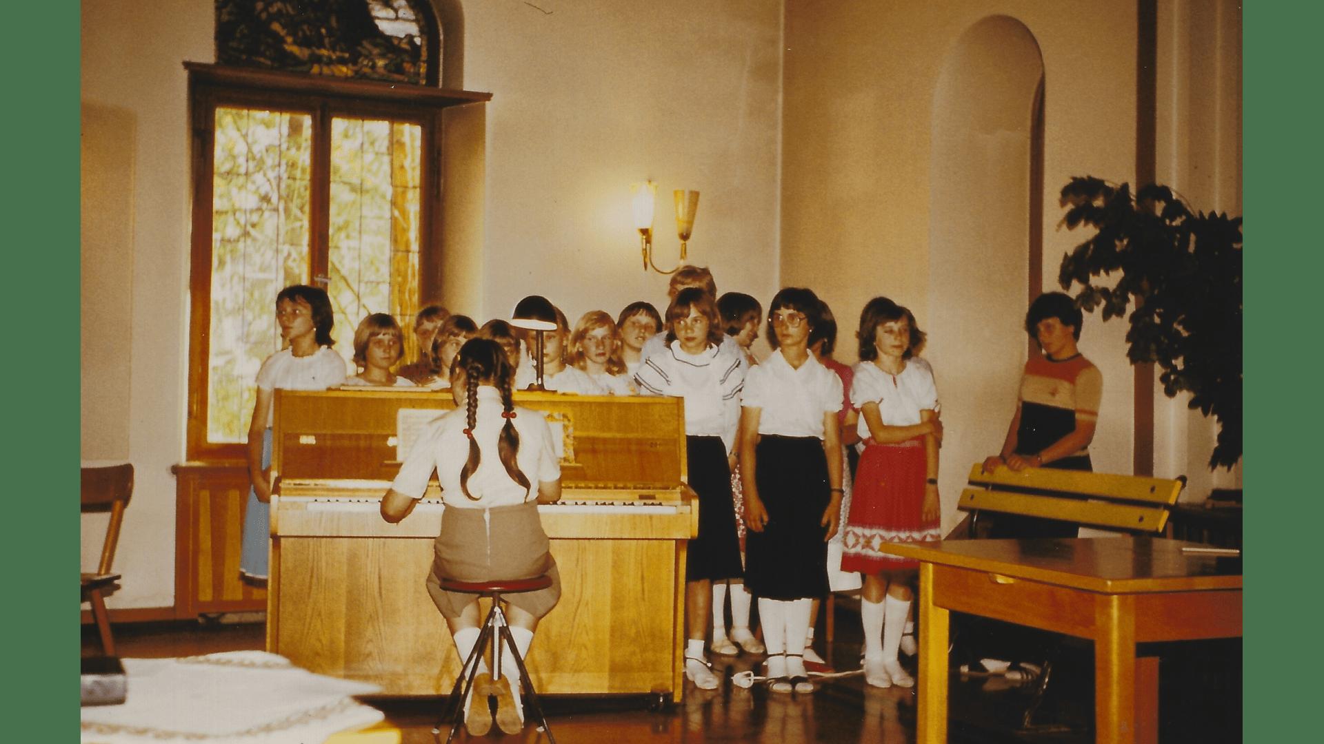 """Auftritt des Kinderchores anlässlich """"25 Jahre Förderschule"""" – Foto: Archiv Arme Schulschwestern"""