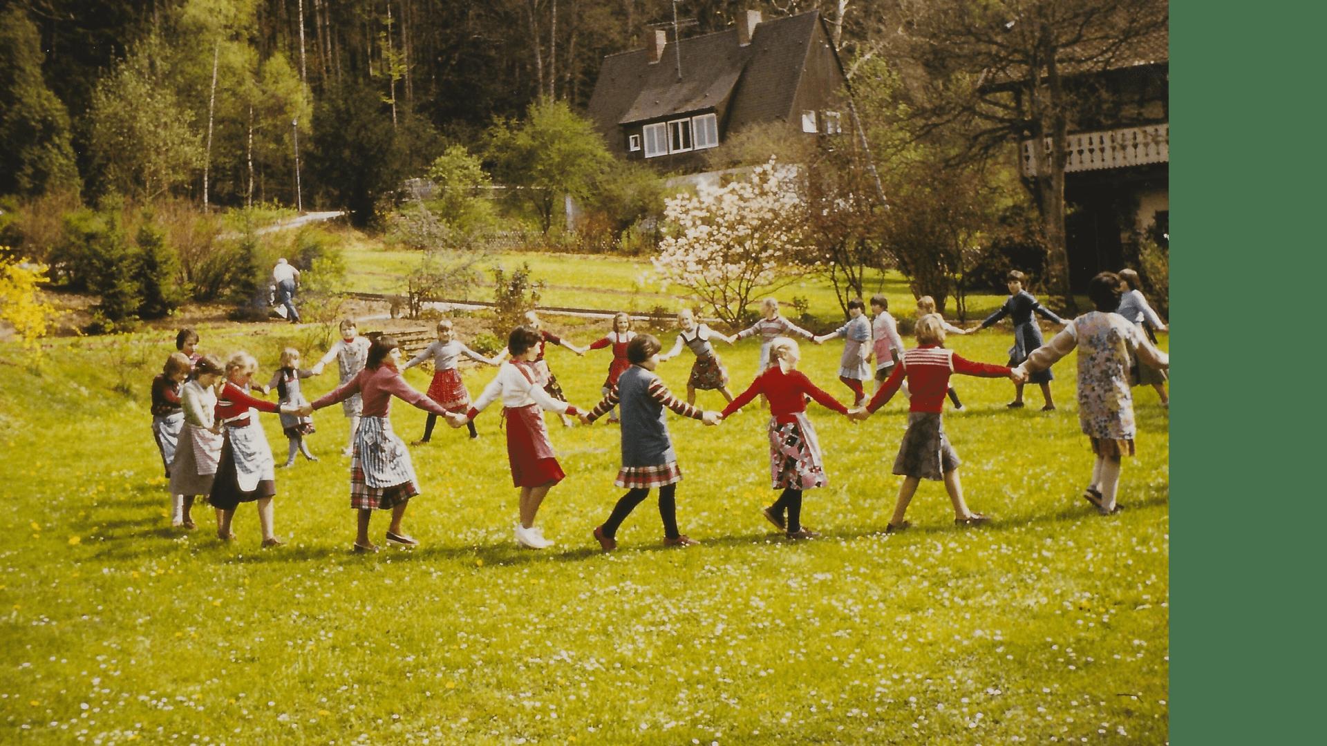 Ideale Bedingungen für Gemeinschaftsspiele im Klostergarten - 1983 – Foto: Archiv Arme Schulschwestern