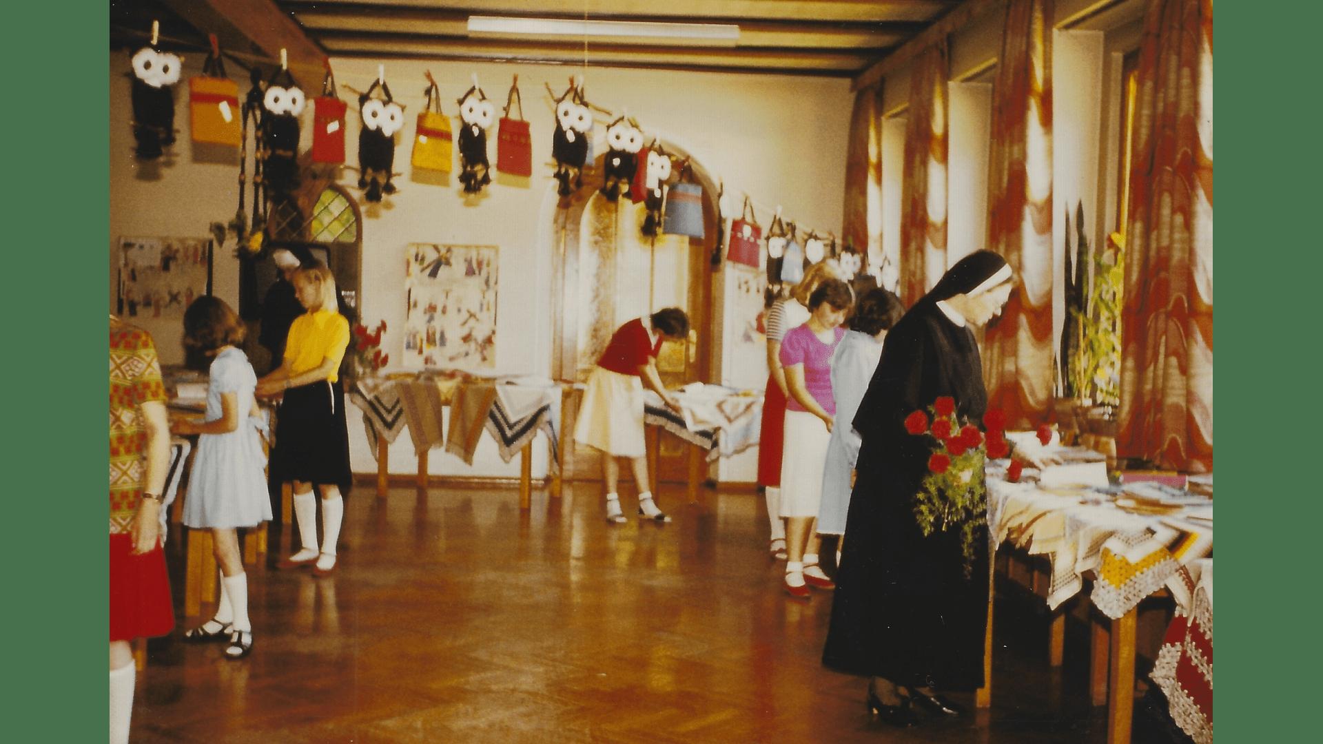 Schwester Sigismunda bereitet mit ihren Schülerinnen 1982 einen Basar vor. Foto: Archiv Arme Schulschwestern