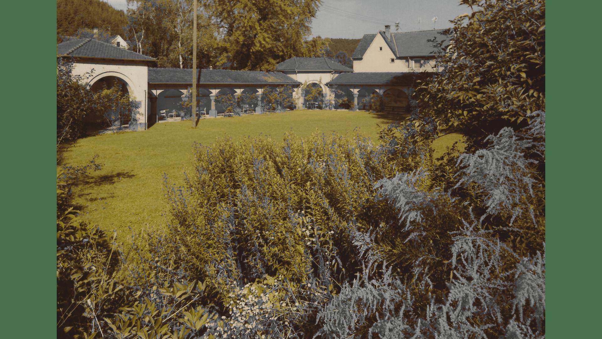 Klostergarten mit Wandelgang um 1975 – Foto:  Archiv Arme Schulschwestern