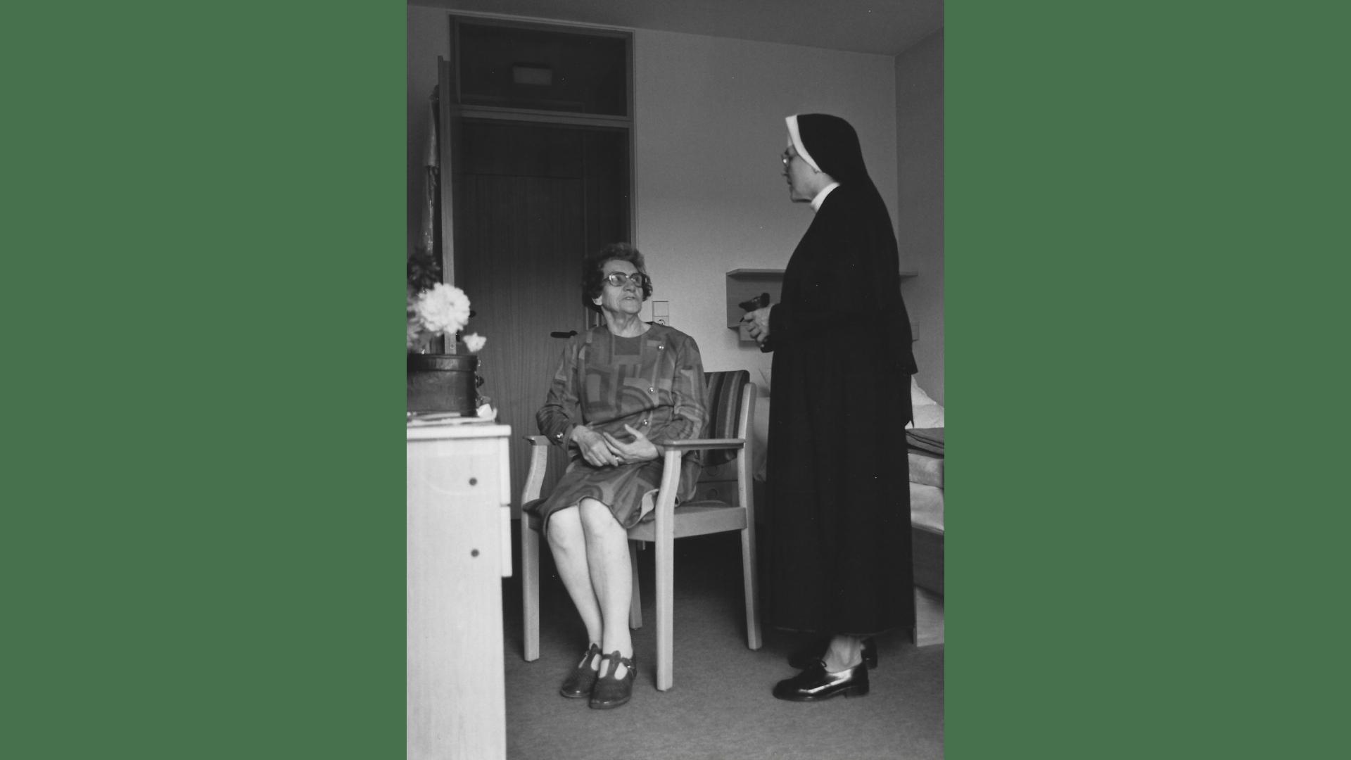 Die Oberin, Schwester Benildis begrüßt die Kurgäste. Foto: Archiv Arme Schulschwestern