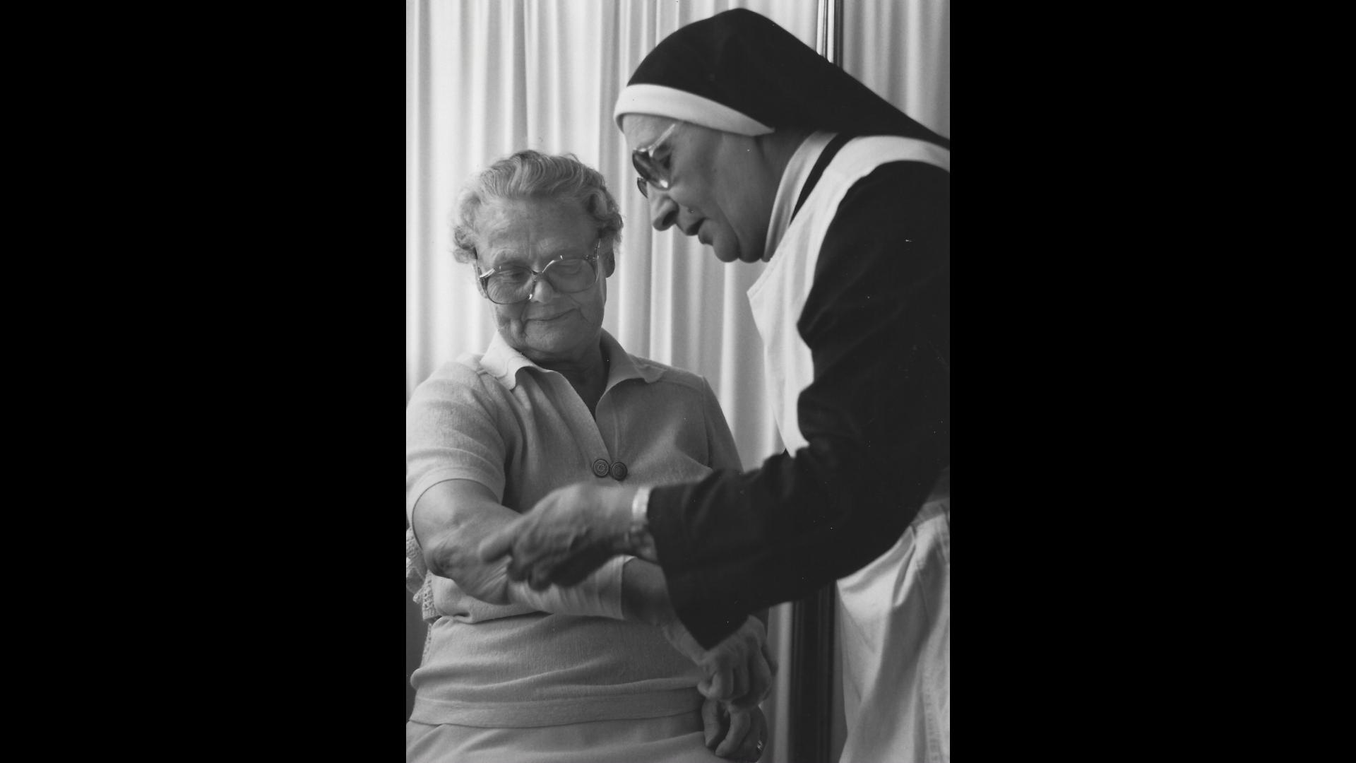 Schwester Martina sorgt sich um die Verletzten Kurgäste. Foto: Archiv Arme Schulschwestern