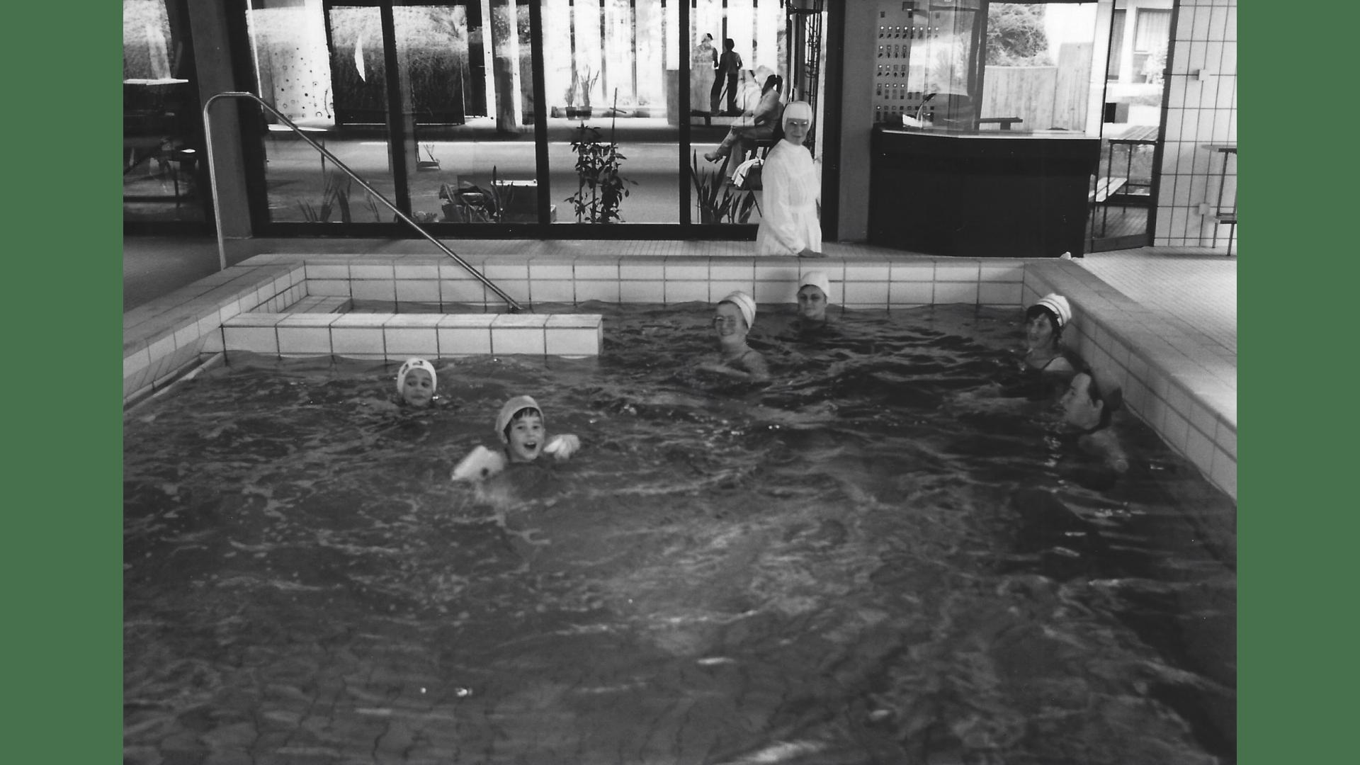 Schwester Heliodora die umsichtige und stets freundliche Akteurin bei der Aufsicht im Schwimmbad. Foto; Archiv Arme Schulschwestern