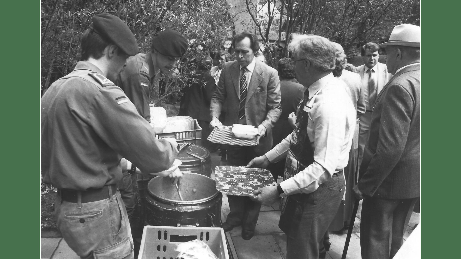 Verpflegung im Klostergarten durch die Bundeswehr Christ Himmelfahrt 1983- Foto: Archiv Arme Schulschwestern