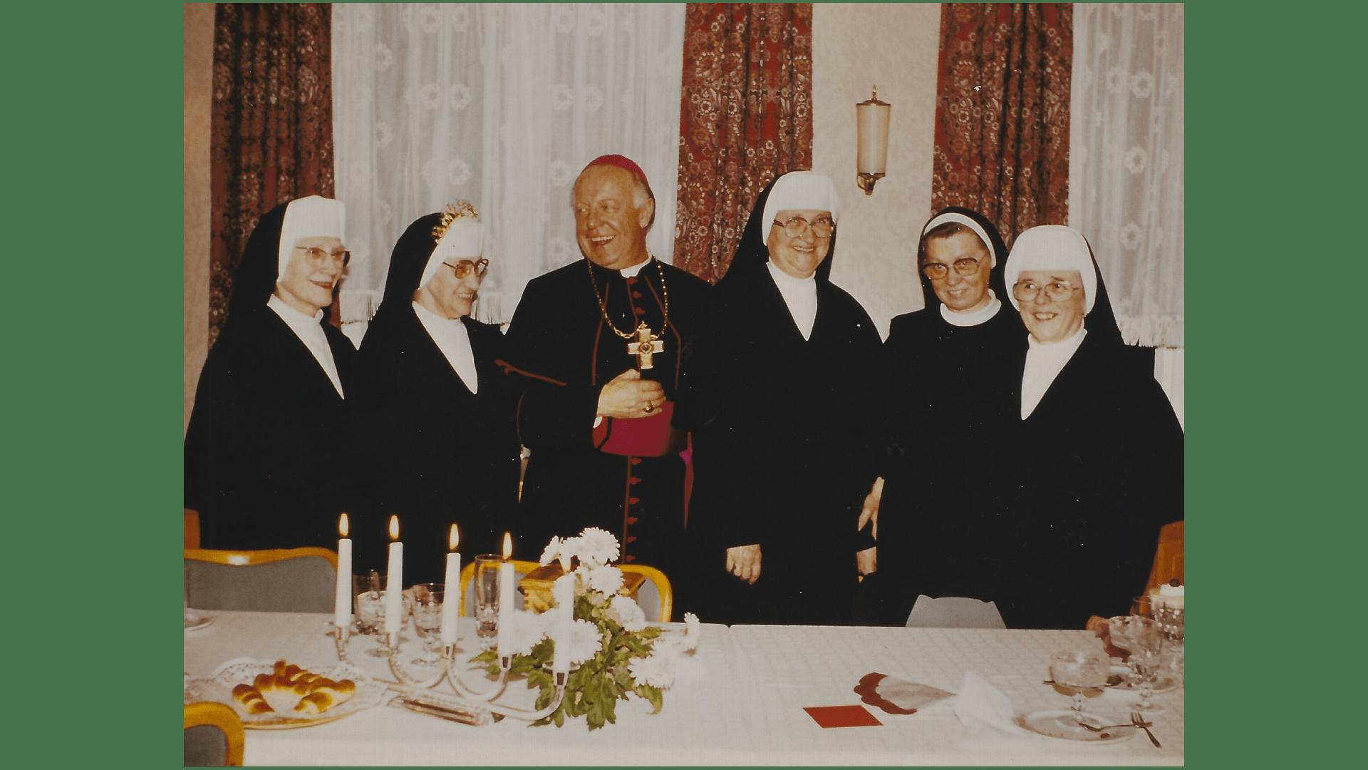 Jubiläum und Professfeier mit Bischof Dr. Georg Moser, gefeiert wird die Ablegung des Ordensgelübdes vor 50 bzw. 60 Jahren.  Foto: Archiv Arme Schulschwestern