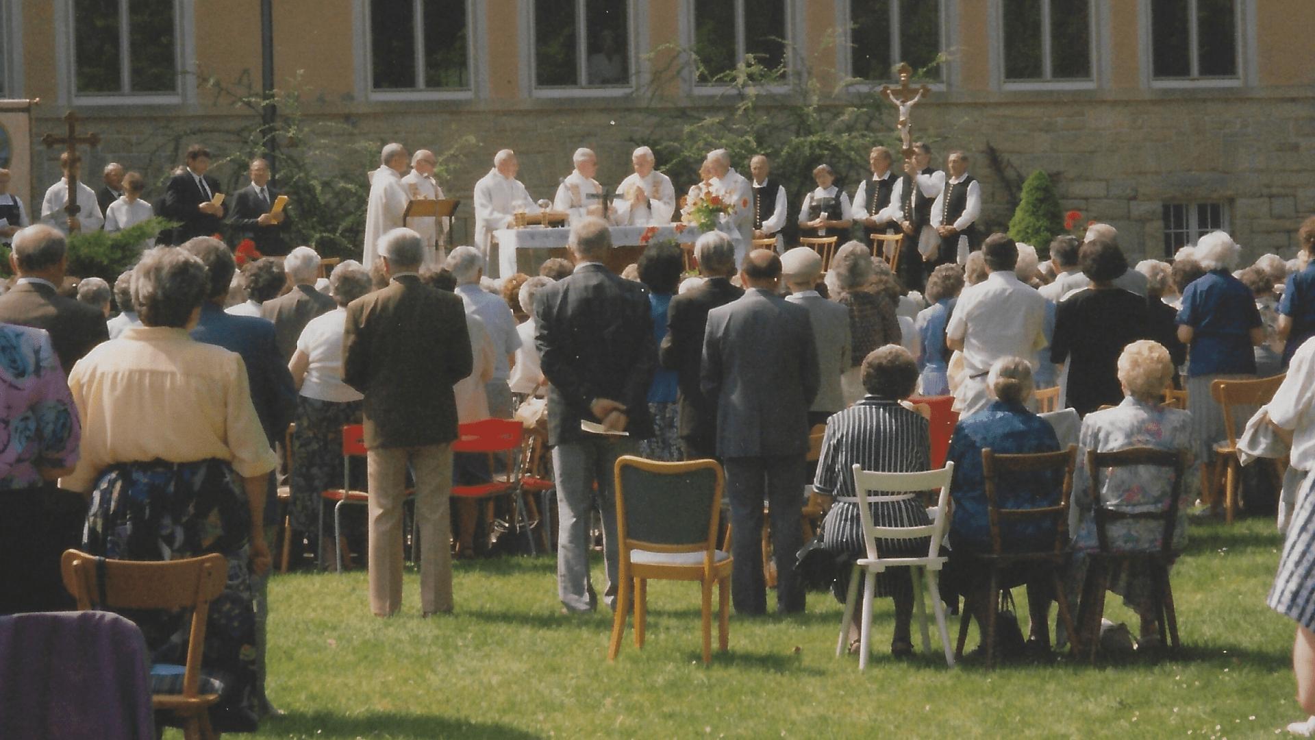 Wallfahrt 1992 – Blick auf den Altar vor dem Sanatoriumsgebäude, Hauptzelebrant Prof. Josef Haltmaier- Foto: Archiv Arme Schulschwestern