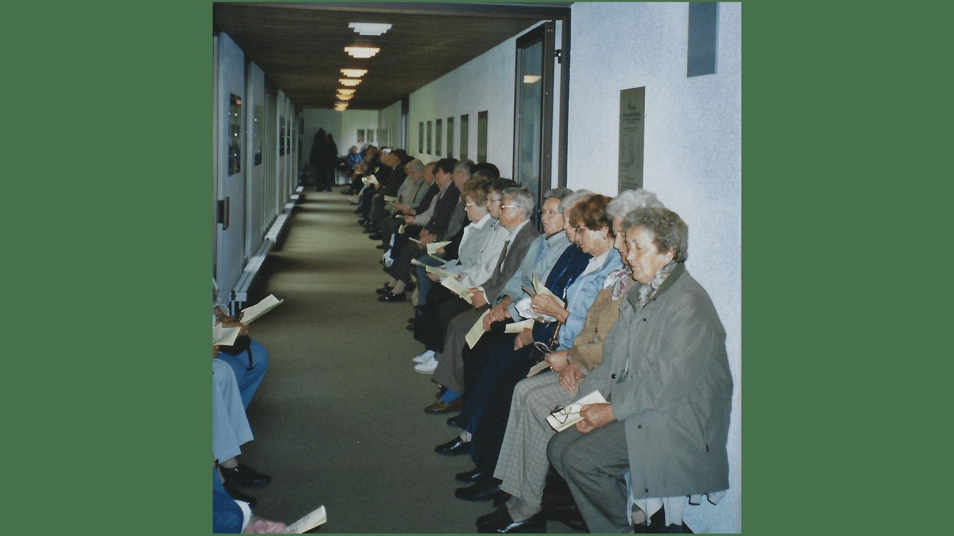 Wallfahrt 2005 bei Regen- Andacht über Lautsprecher. Foto: Archiv Arme Schulschwestern