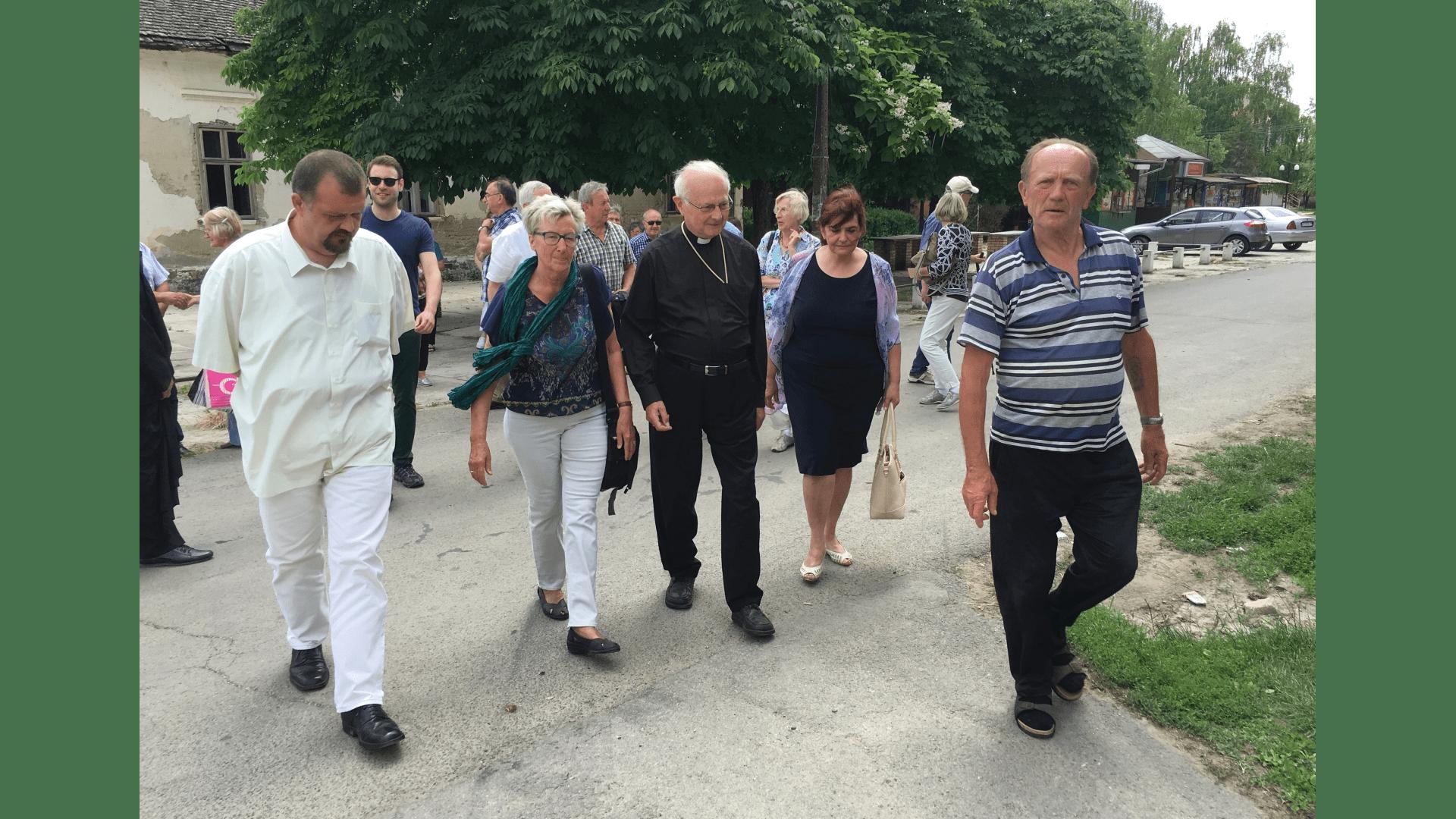 In Backi  Gracac mit dem  Ortsvorsteher und der Direktorin der Schule 2016.  Foto: Archiv Freundeskreis Filipowa