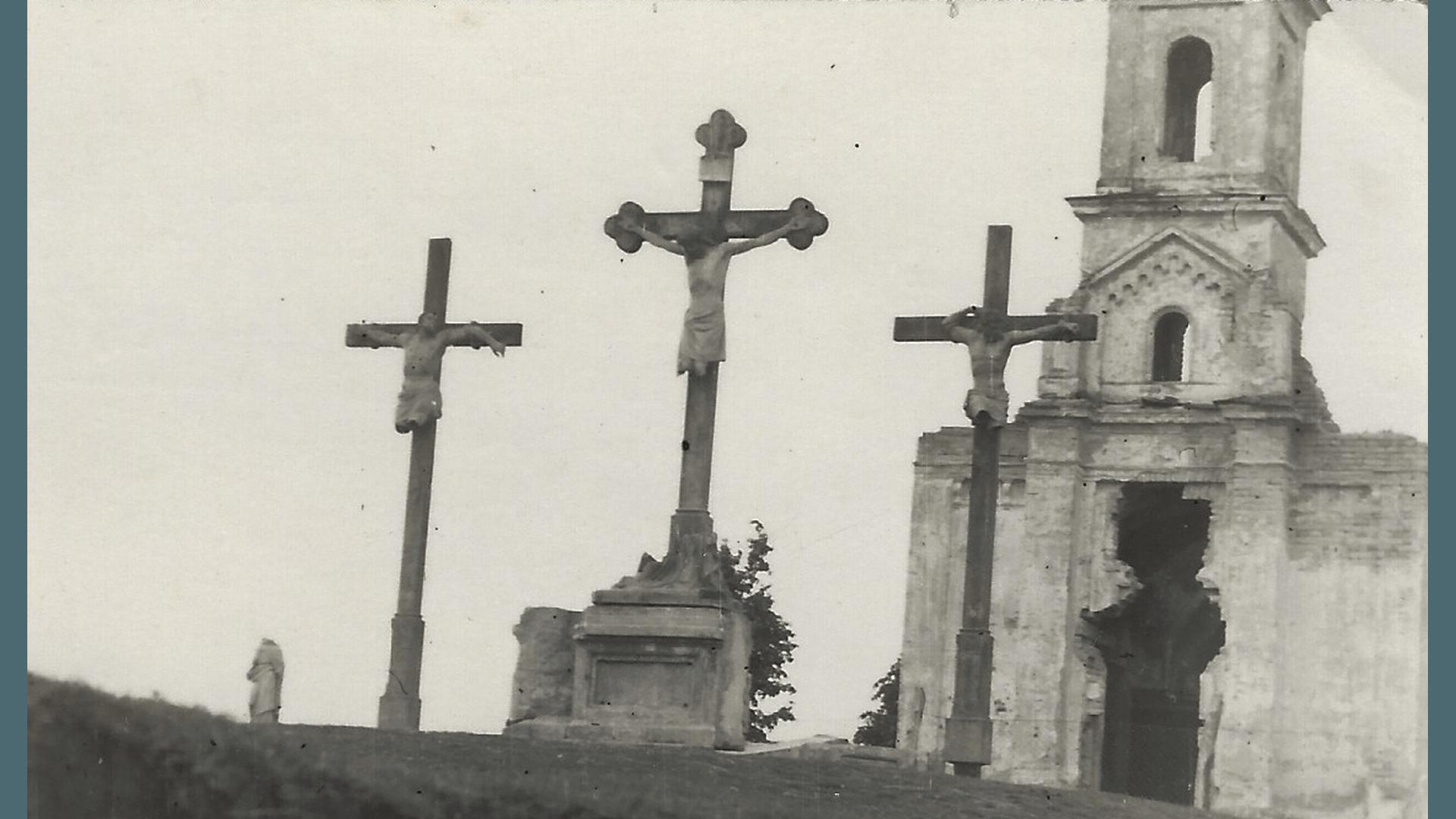 Kreuzigungsgruppe mit Friedhofskapelle 1957. Foto: Archiv Freundeskreis Filipowa