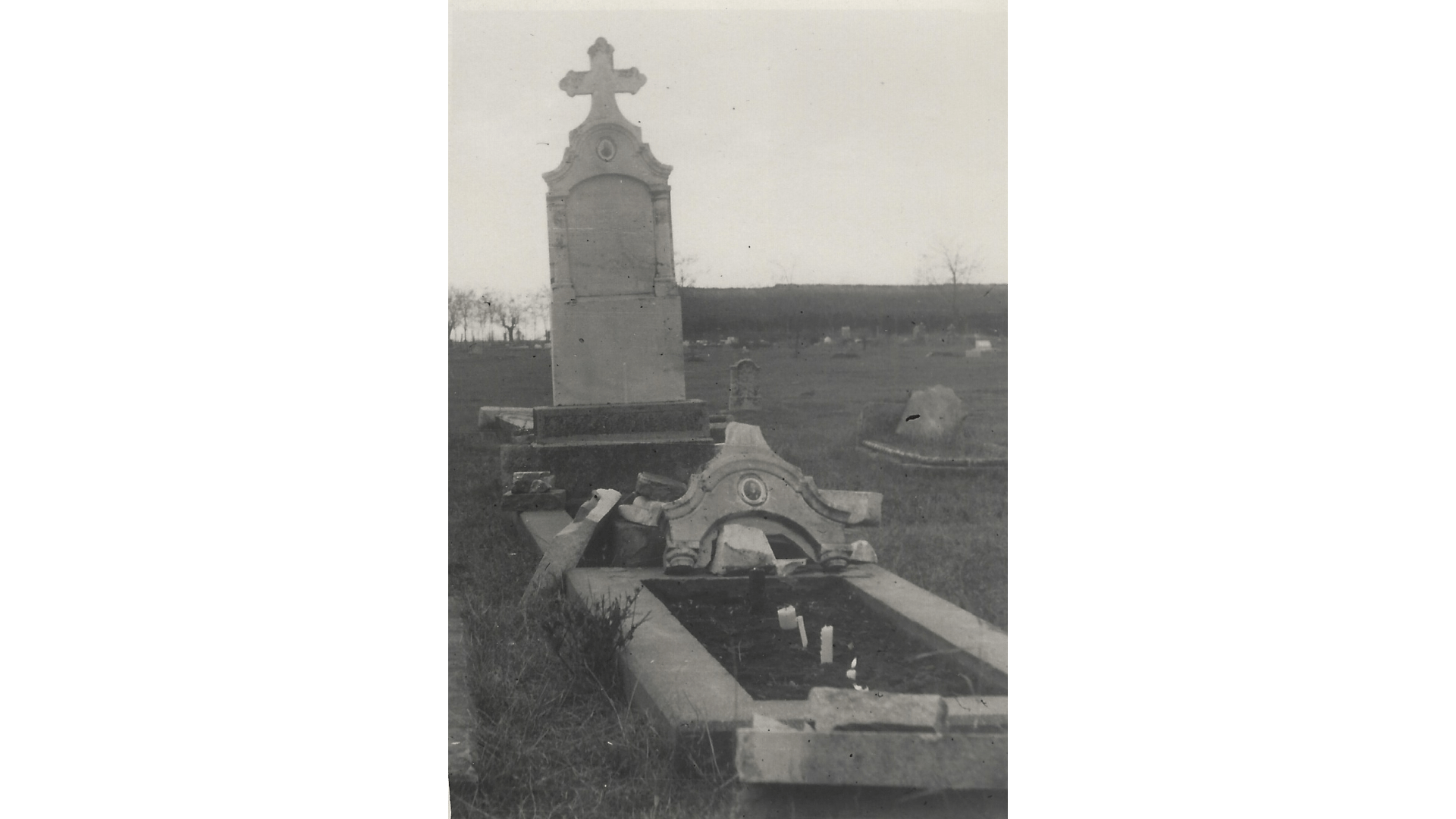 Zerstörtes Einzelgrab 1954. Foto: Archiv Freundeskreis Filipowa