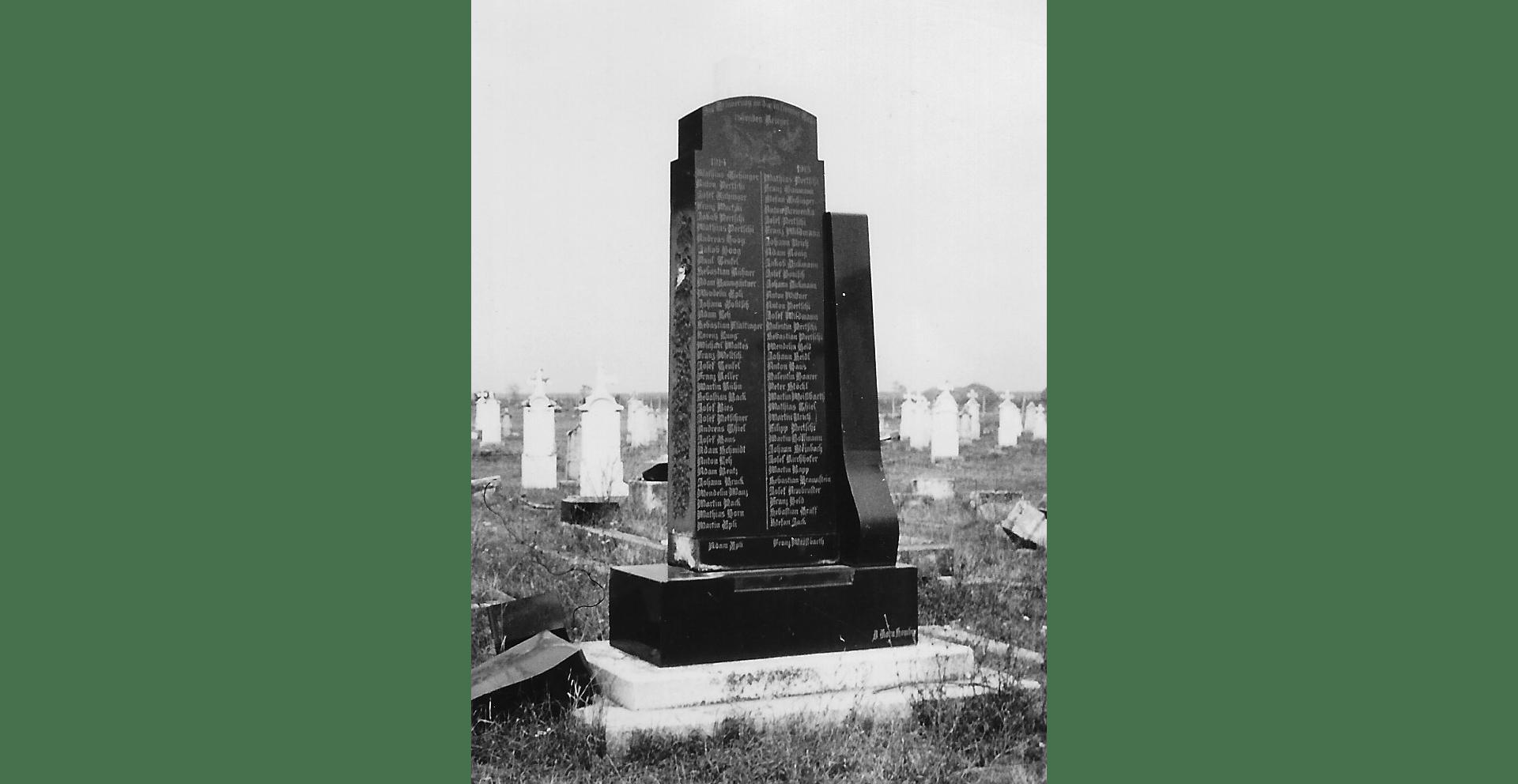 Denkmal vom Ersten Weltkrieg – das Kreuz auf dem Korpus wurde abgeschlagen. Aufnahme von 1951/52. Foto: Archiv Freundeskreis Filipowa