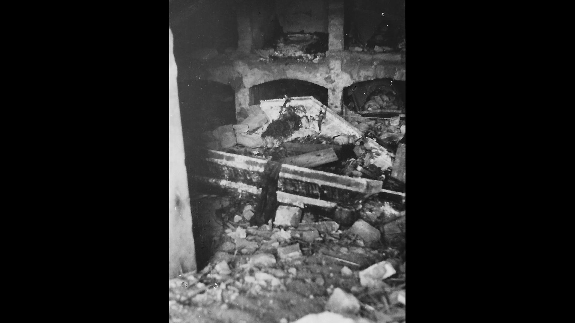 Aufgebrochene Gräber in der Grabstätte unter der Kapelle (Krypta). In den ersten Jahren nach dem Krieg wurden die Gräber und Särge geöffnet und nach Zahngold gesucht. Die Gebeine blieben bis Mitte/Ende der 1960er Jahre pietätlos offen in den Gruben liegen. Foto: Archiv Freundeskreis Filipowa