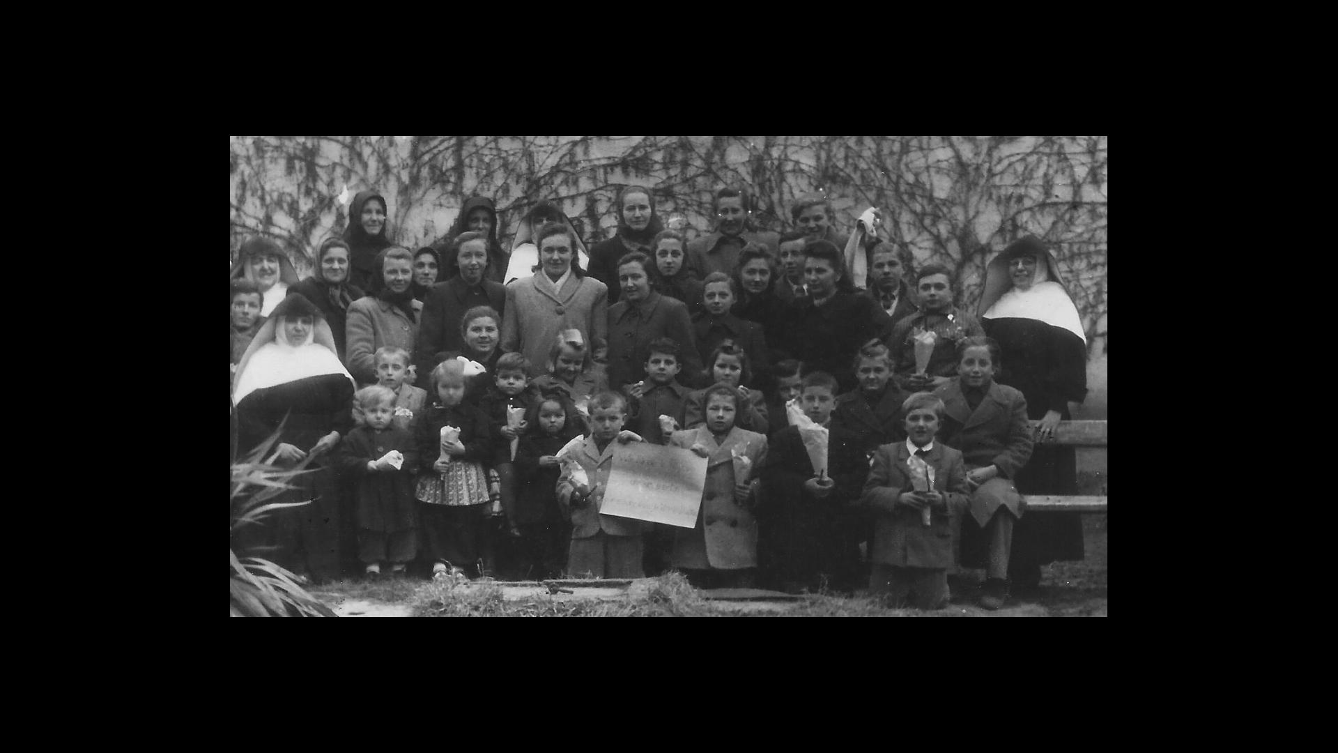 Aufnahme von 1950: Schwester Anysia verteilt an die Kinder der zurückgebliebenen Deutschen Geschenke aus einem Paket von amerikanischen Verwandten. Foto: Archiv Freundeskreis Filipowa