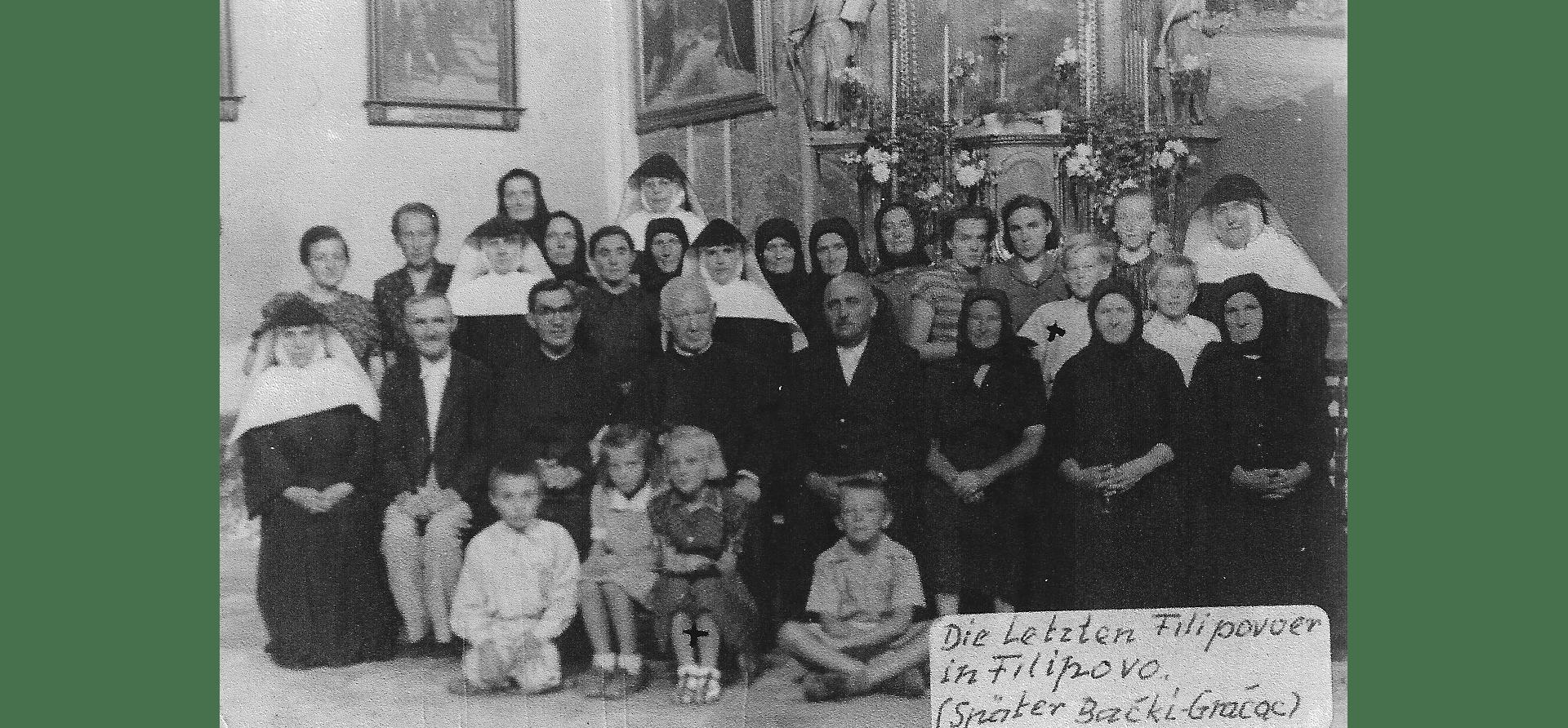 Eine Gruppe der letzten Deutschen 1951 (2,4 % waren lagerfrei) in Filipowa, unter ihnen Pfarrer Peter Müller und Pater Philipp Johler, die Ordensschwestern Lea, Cherubina, Benildis, Monigunda und Anysia. Alle 5 Schwestern kamen nach Bad Niedernau. Foto: Archiv Freundeskreis Filipowa