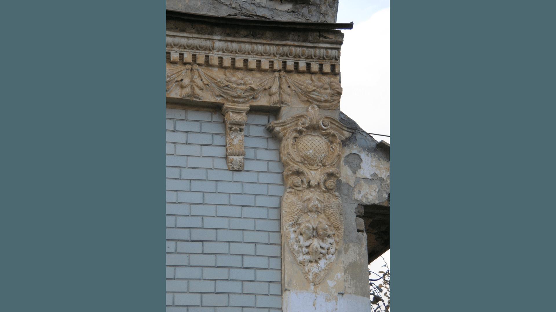 Detail der gut erhaltenen Stuck-Ornamente der Hausfasade des Hauses Klostergasse 54. Aufnahme 2007. Foto: Archiv Freundeskreis Filipowa