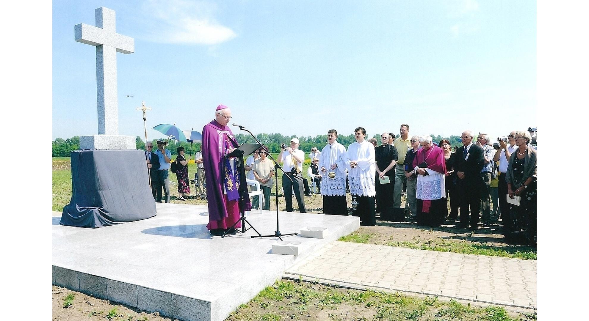 Erzbischof Dr. Robert Zollitsch aus Freiburg, bei der Eröffnung der Weihefeier. Foto: Archiv Freundeskreis Filipowa