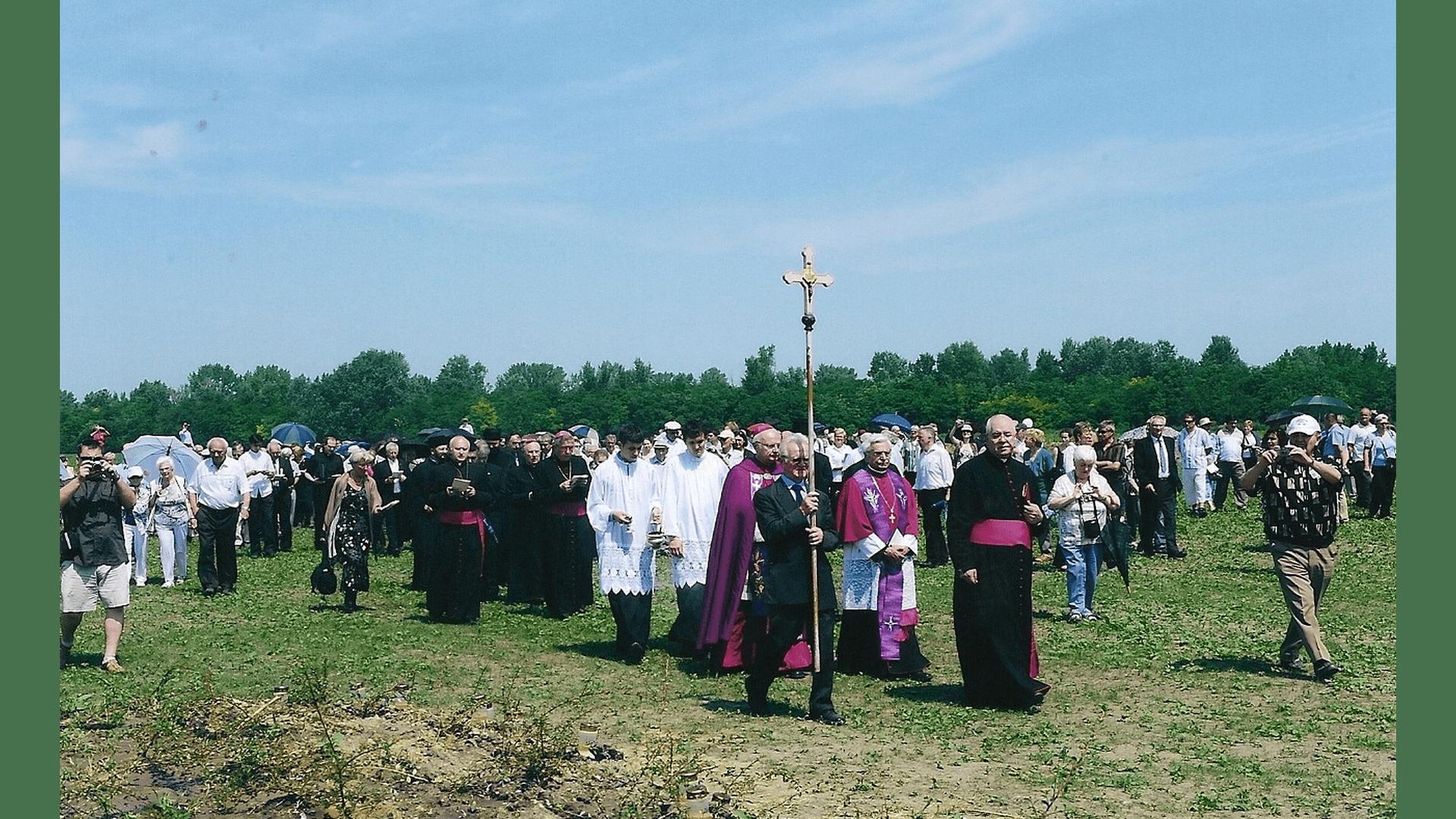 Prozession zu den 3 Massengräbern zur Einsegnung. Foto: Archiv Freundeskreis Filipowa
