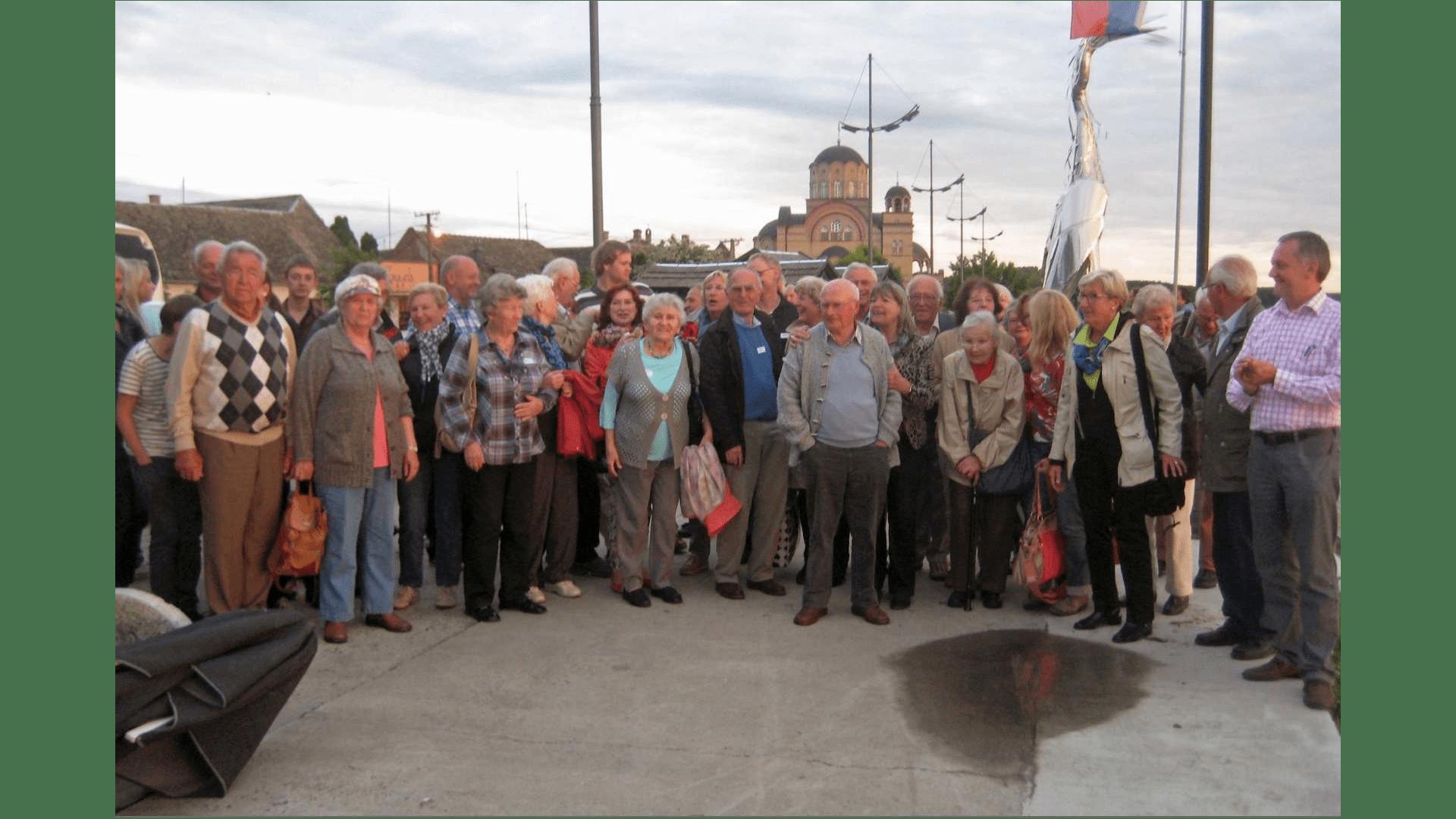 Busreisegruppe aus Stuttgart auf der Fahrt anläßlich 250 Jahre Gründung von Filipowa. Aufnahme am Donauufer Apatin. Foto: Archiv Freundeskreis Filipowa