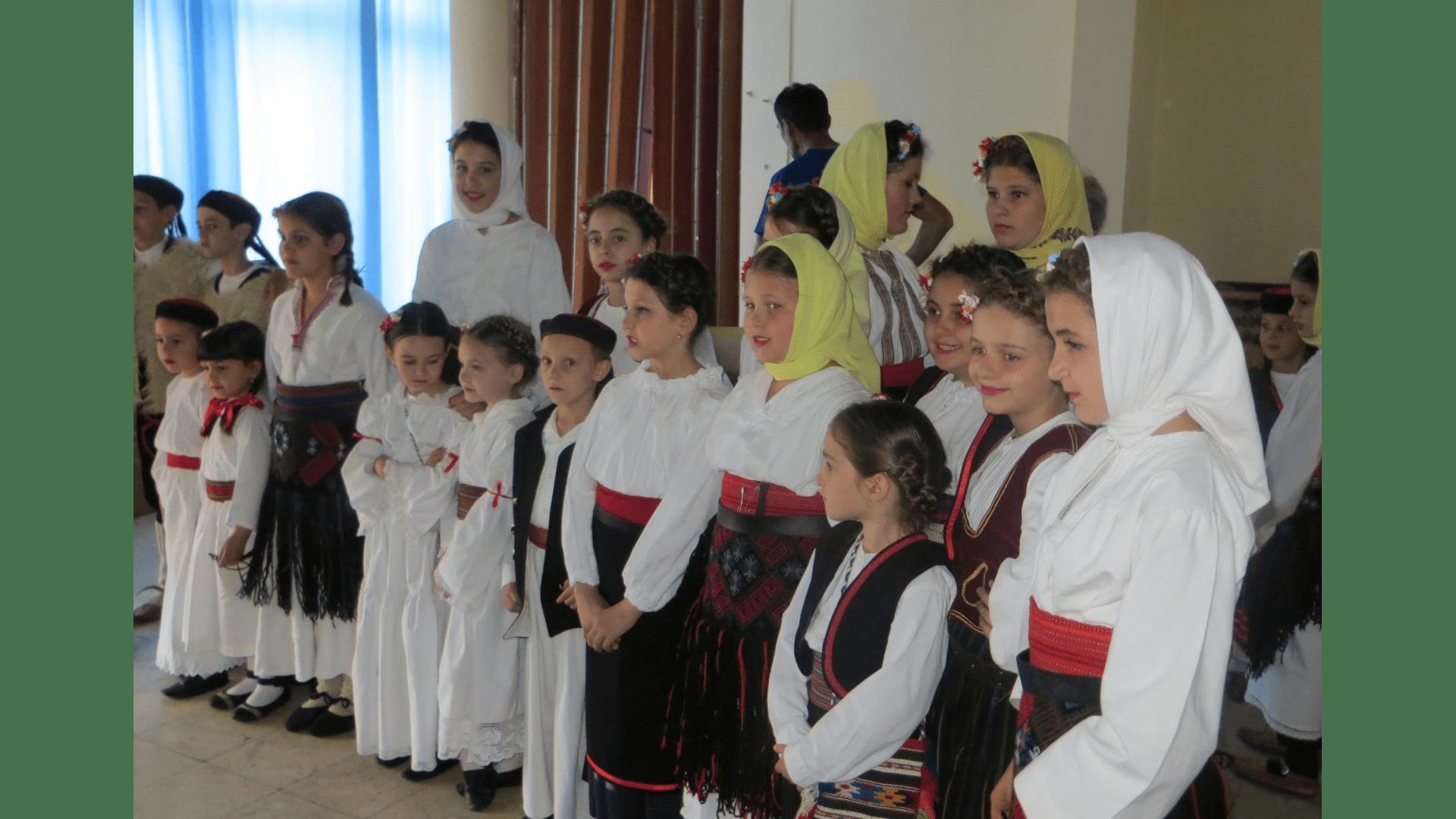 Kinderspalier zur Begrüßung der Besucher im  Bürgerhaus von Backi Gracac 2013. Foto: Archiv Freundeskreis Filipowa