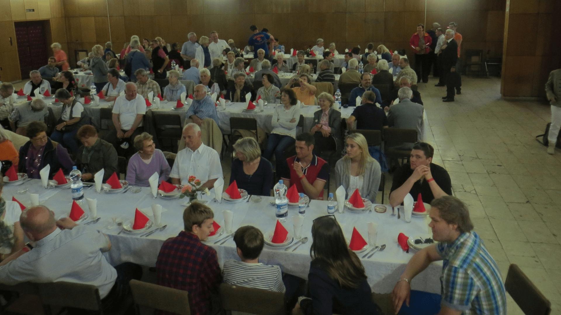 250 Jahre Gründung Filipowas. Das Mittagessen im Bürgersaal von Backi Gracac, die Bewirtung erfolgte durch freiwillige Helfer der Ortsbevölkerung. Foto: Archiv Freundeskreis Filipowa
