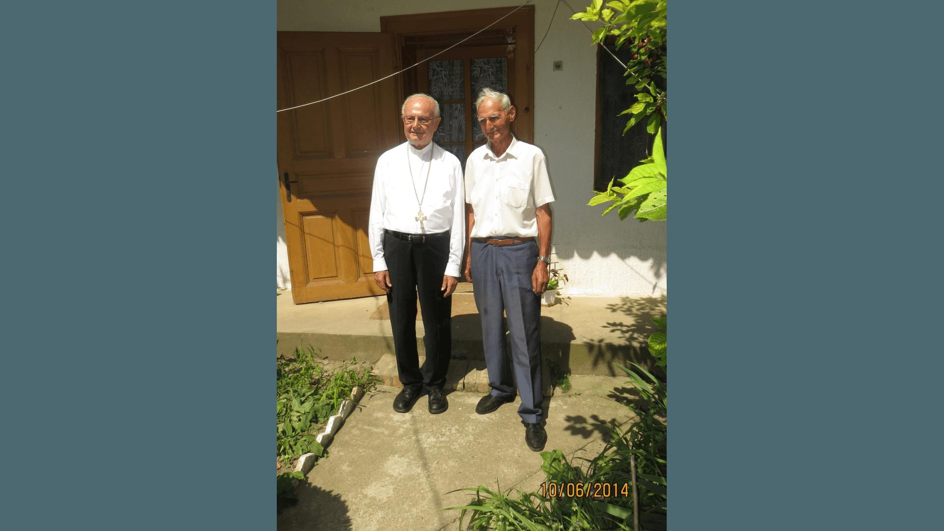 Em. Erzbischof Zollitsch mit der Besuchergruppe im Jahr 2014 im Hof seines Geburtshauses mit dem in diesem Haus seit 1949 lebenden Bewohner Dusan Brkljac. Foto: Archiv Freundeskreis Filipowa