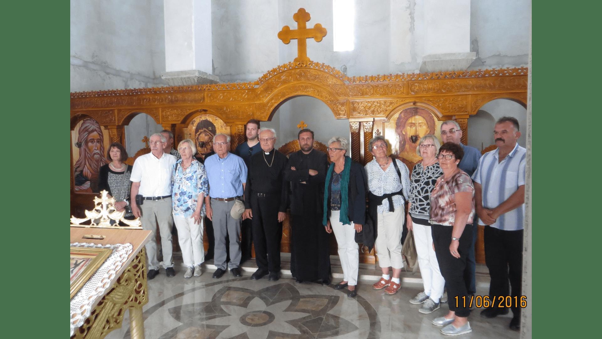 Der Pope erklärt die im Innenausbau befindliche orthodoxe Kirche, 2016. Foto: Archiv Freundeskreis Filipowa