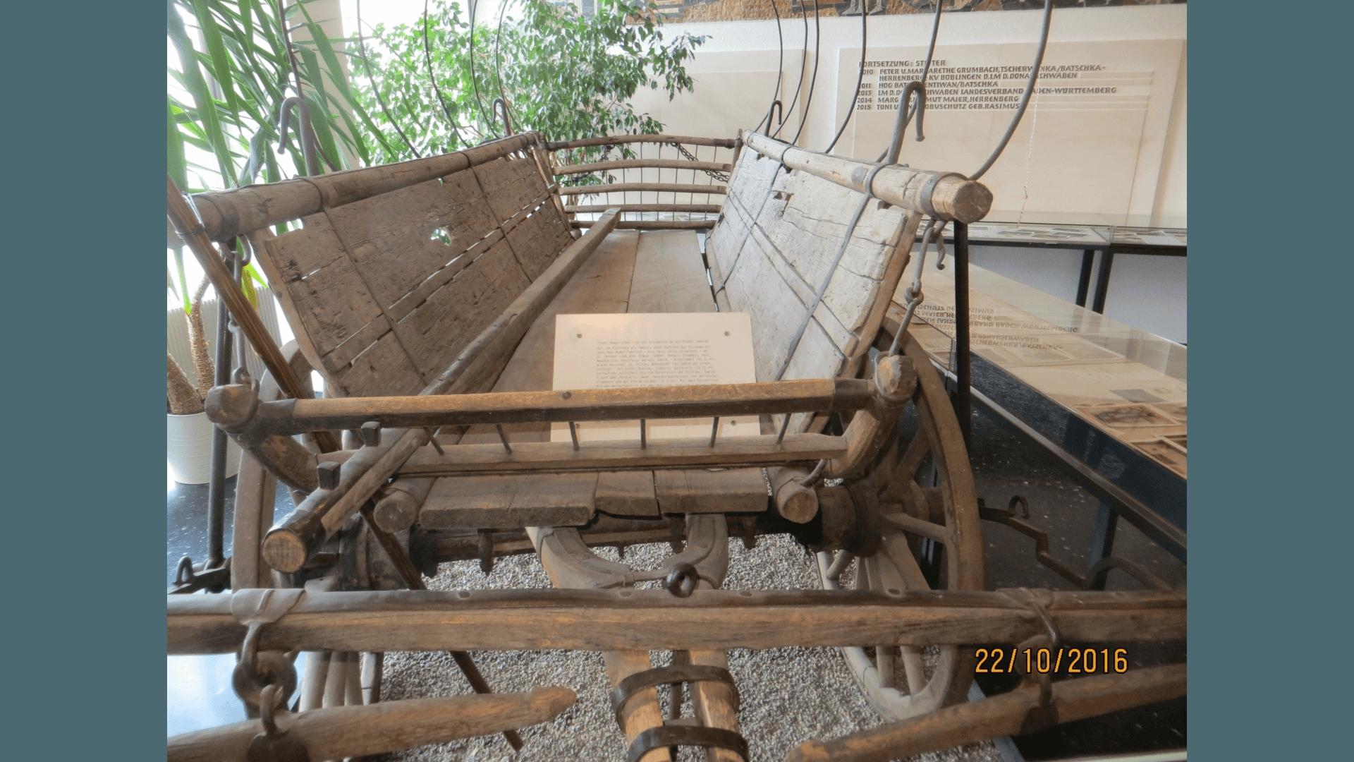 Fluchtwagen der Familie Pertschy, ansässig in München Truderring, ausgestellt im Foyer des Hauses der Donauschwaben Sindelfingen. Foto: Archiv Freundeskreis Filipowa