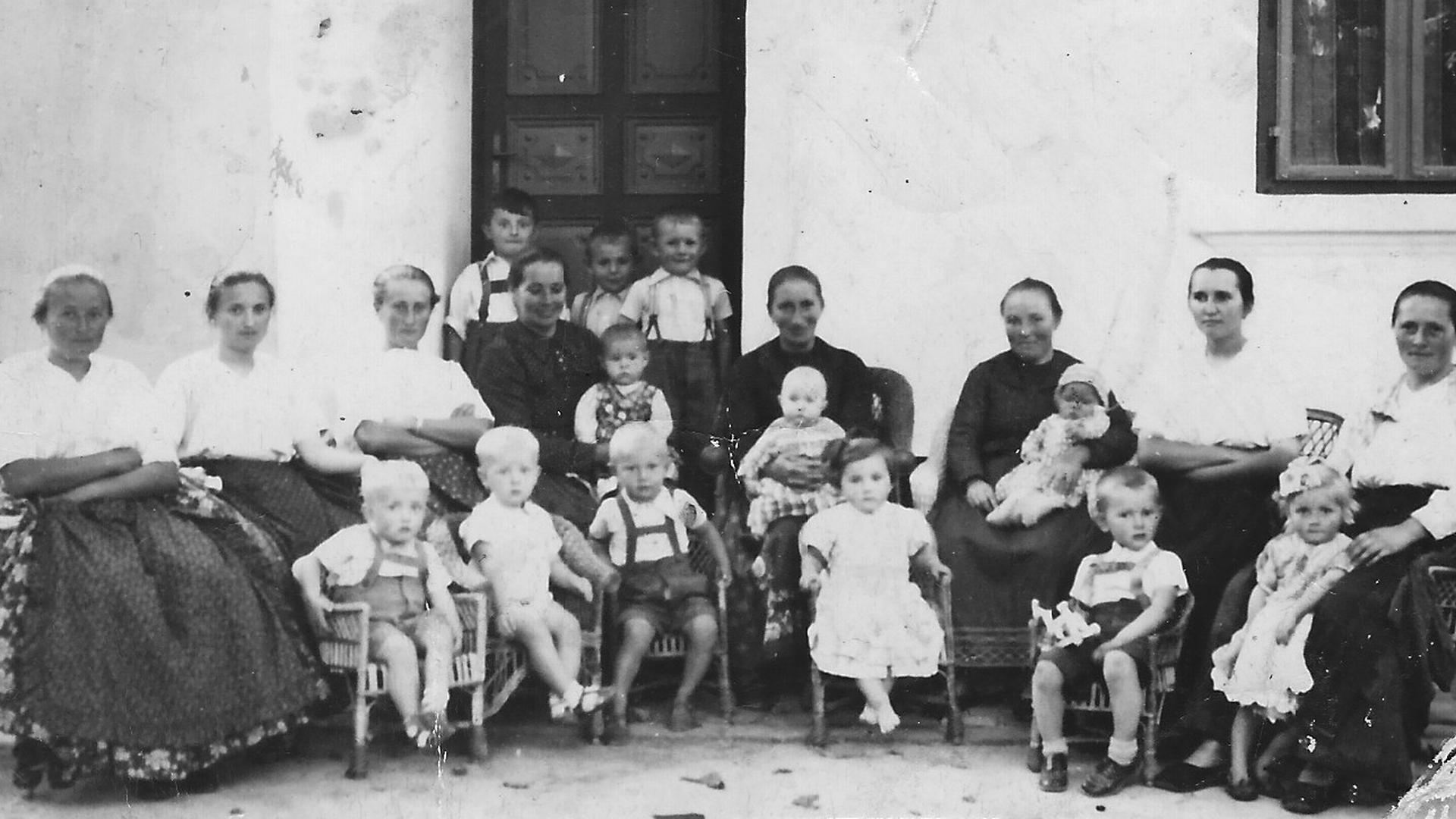 Nachbarsfrauen-Treff in der Klostergasse am Sonntagnachmittag 1940/41. Foto: Archiv Freundeskreis Filipowa
