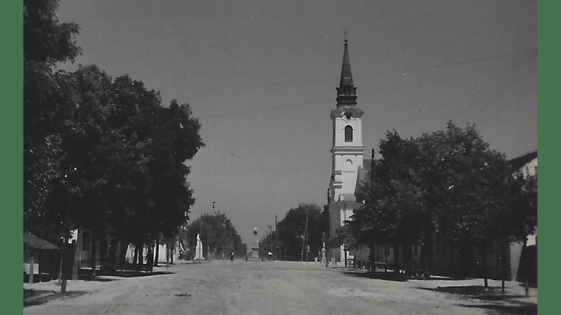 Ortszentrum – Dreifaltigkeitssäule und röm.kath. Kirche – 1938