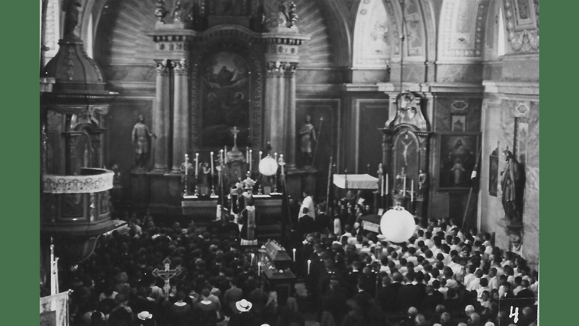 Innenaufnahme der Kirche –Seelenamt für die Verstorbenen.
