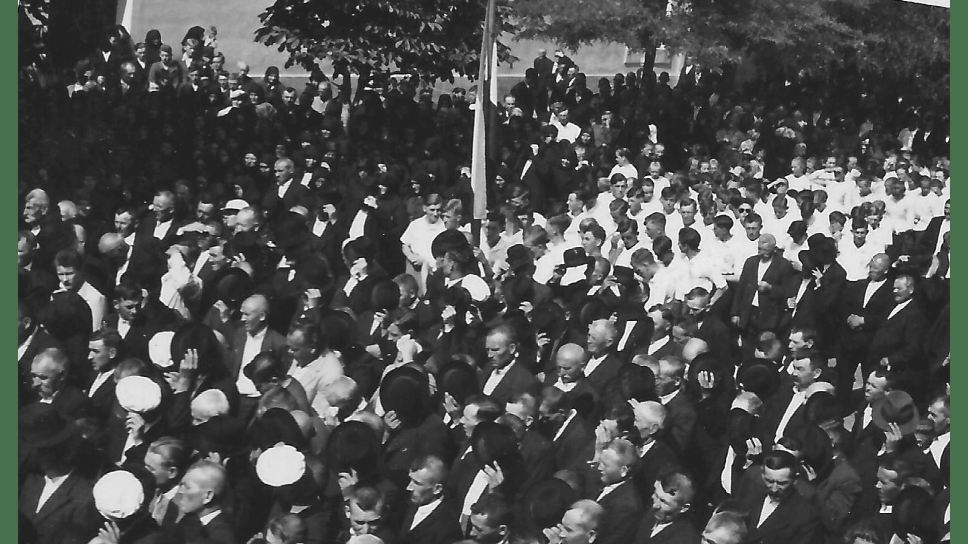 Versammelte während der Totenfeier