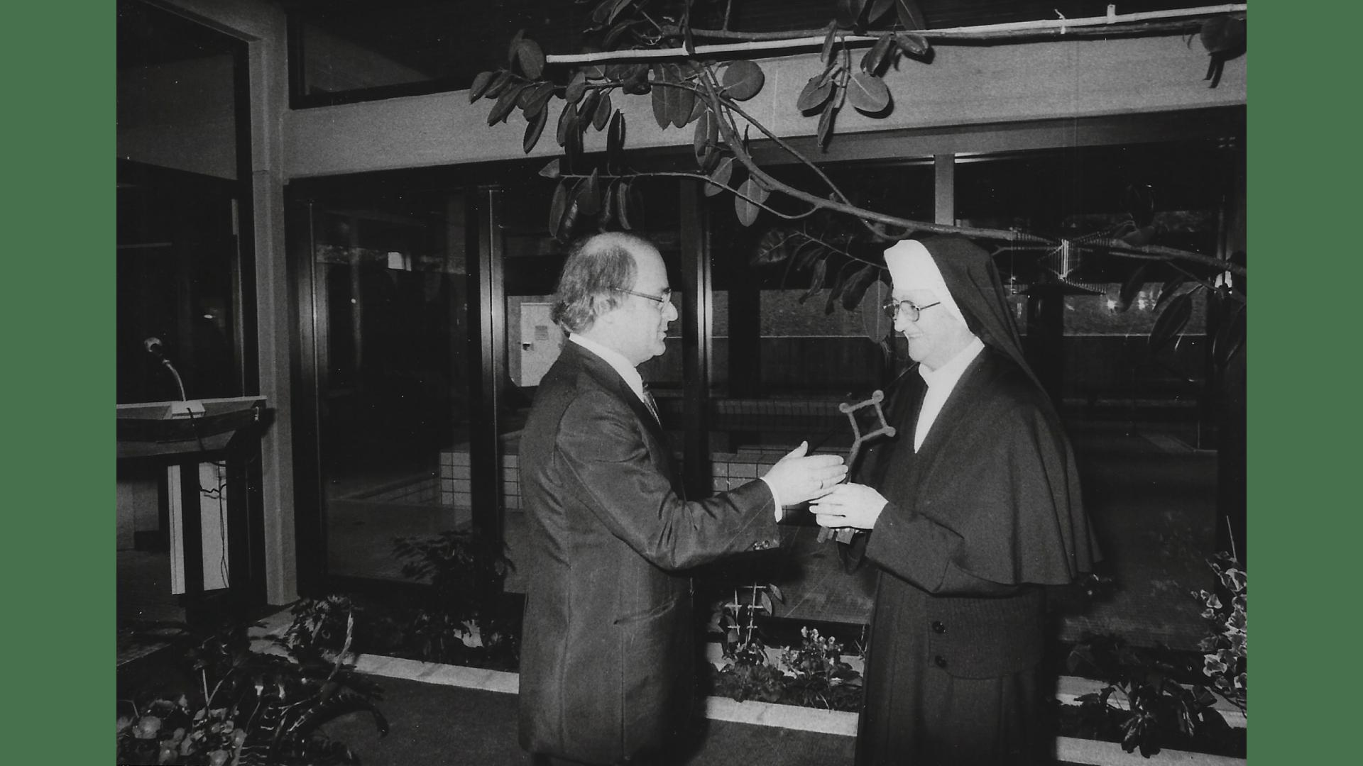 Generaloberin, Schwester Mechtildis Eichinger, Übergabe des Schlüssels anlässlich der Einweihung des Kurmittlhauses 1978. Foto:  Archiv Arme Schulschwestern
