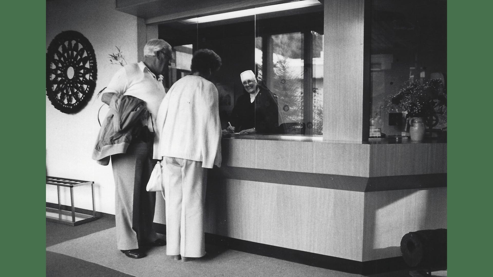 Freundlicher Empfang am Eingang des Kurmittelhauses durch Schwester  Boromäa. Foto:  Archiv Arme Schulschwestern