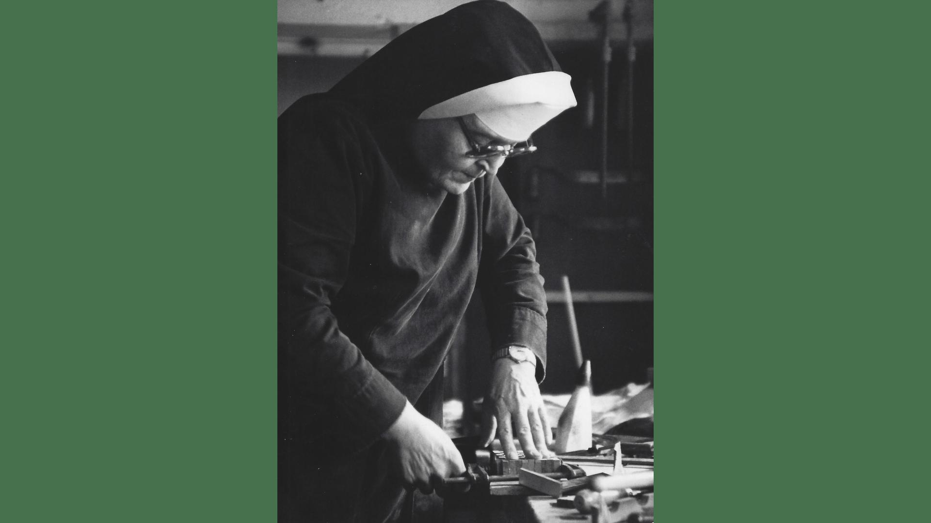 Schwester Martha pflegt neben ihren Pflichten ihr Hobby - das Schreinern. Foto: Archiv Arme Schulschwestern