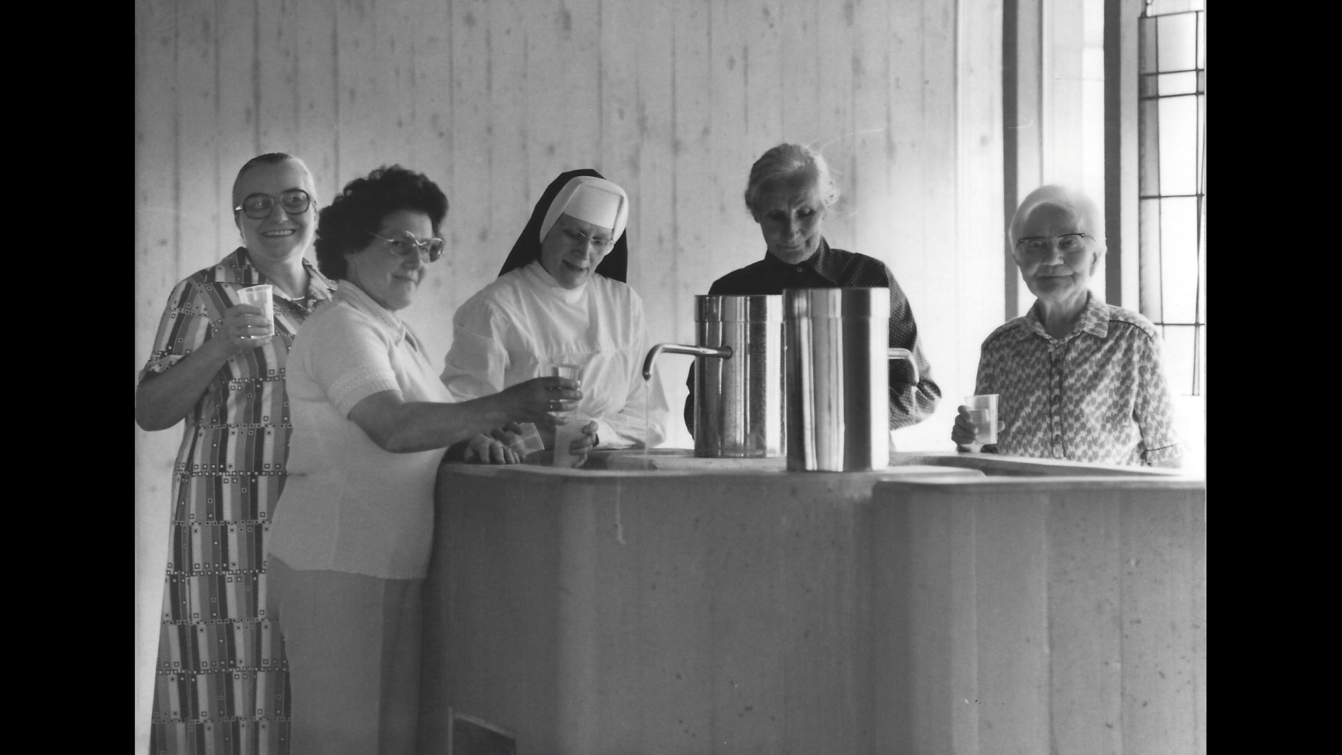 Die gesellige Schwester Heliodora am Trinkkurbrunnen mit Kurgästen. Foto: Archiv Arme Schulschwestern