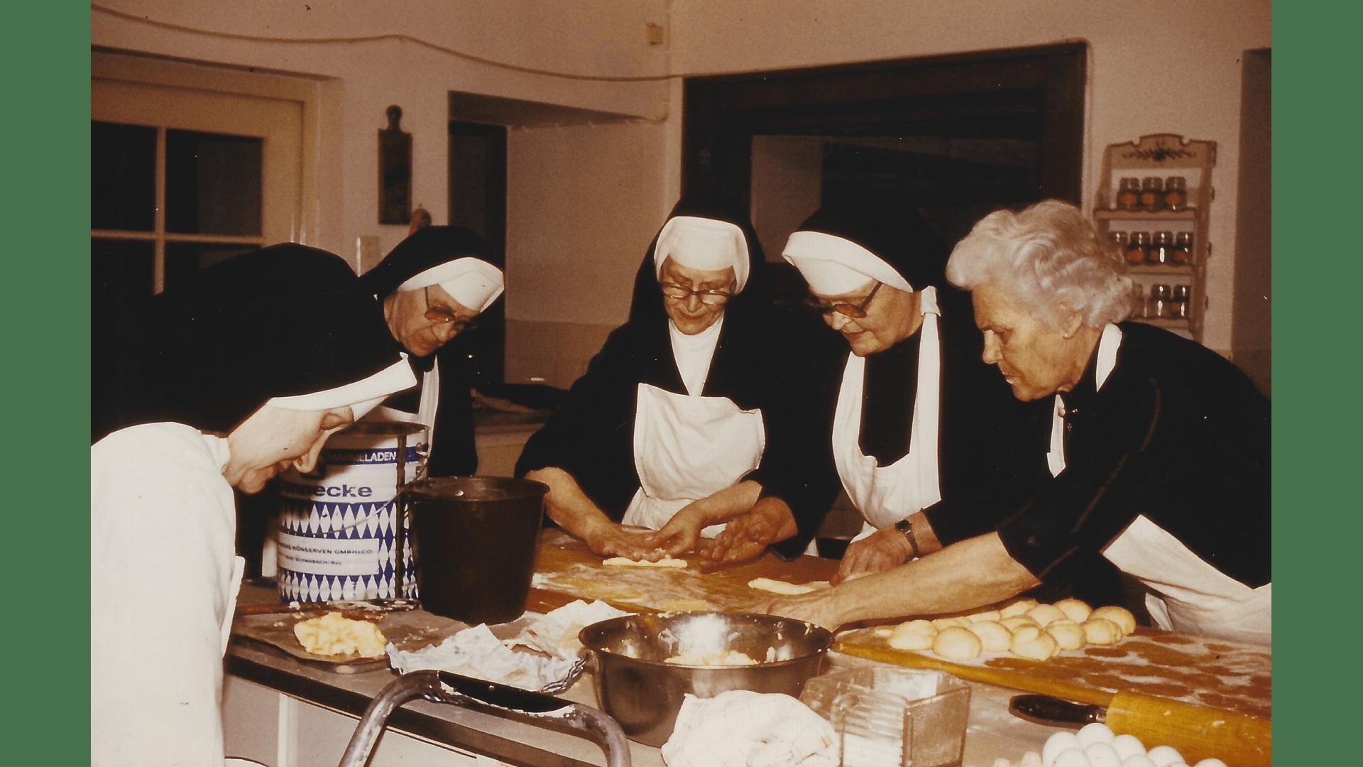 Teamarbeit mit Kurgästen  -Butterhörnchen zum Stehempfang 1978 Foto: Archiv Arme Schulschwestern